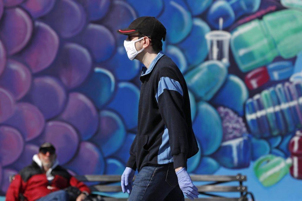 человек в маске коронавирус